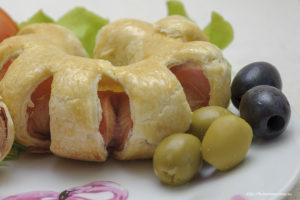 Оливки и маслины добавят изюминку сосиске в тесте