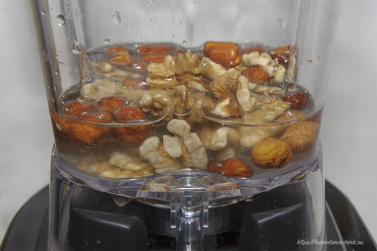 при размалывании орехов нужно добавить воду