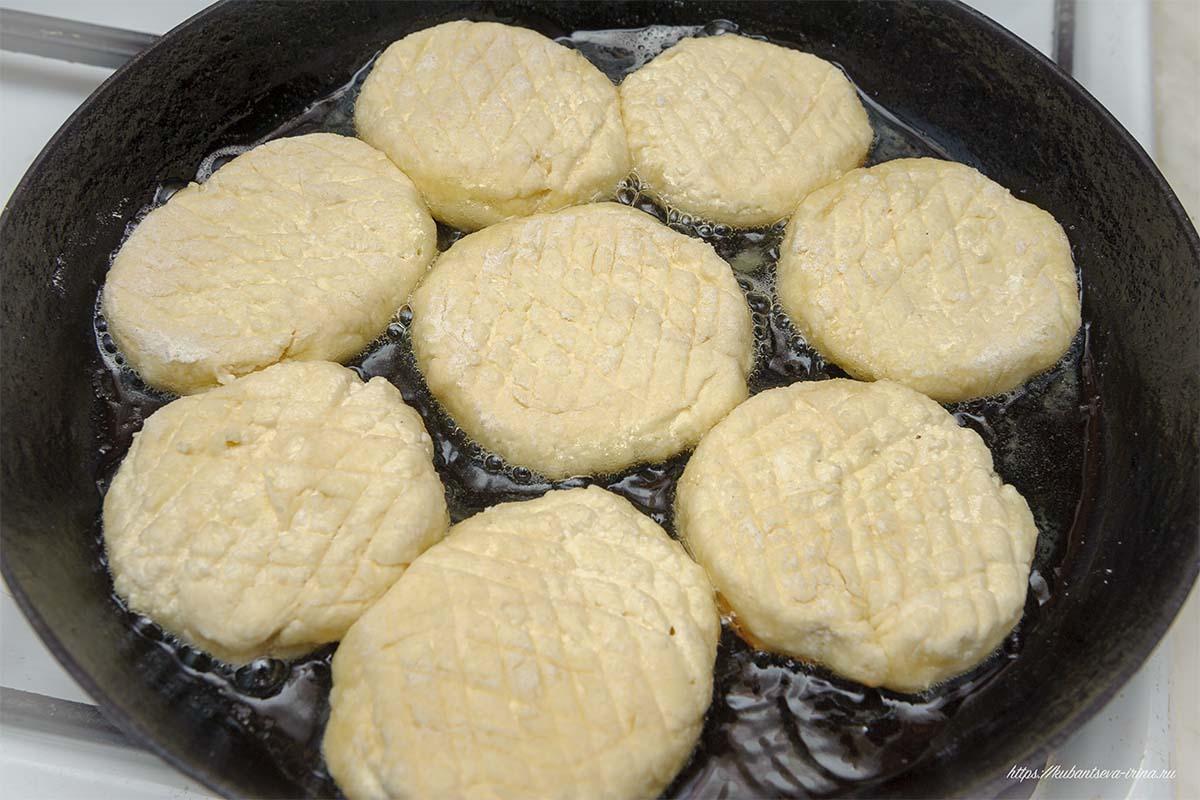 жарят или запекают сырники с манкой фото