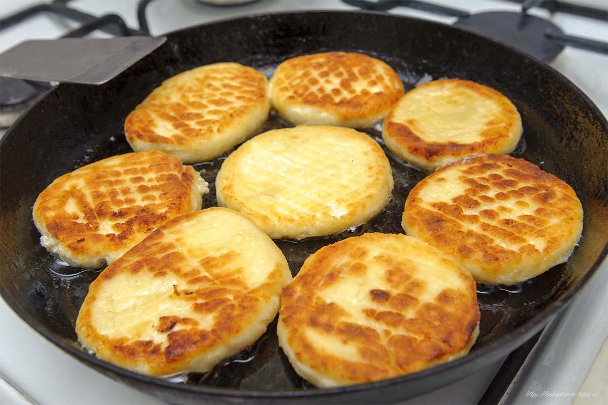 сырники с манкой жарятся фото