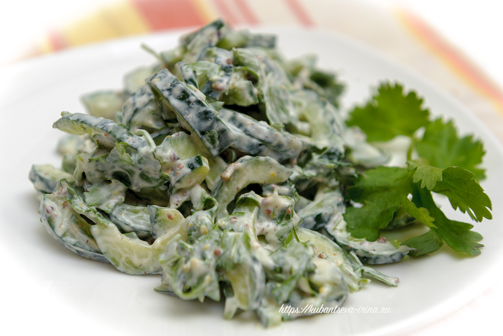 салат из огурцов с индийским оттенком