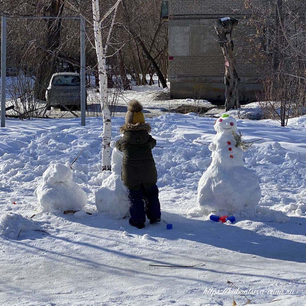 ребенок лепит снеговик фото