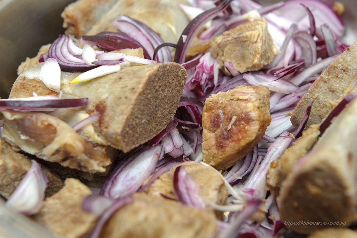 яхни мясо с луком